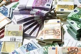 Mentre è al lavoro in banca si addormenta con la testa sulla tastiera e parte un bonifico di 222 milioni di euro