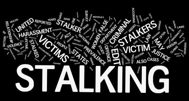 Ragazzo ventenne denuncia donna per stalking, lei ha 78 anni, cosa è stata in grado di fare la donna
