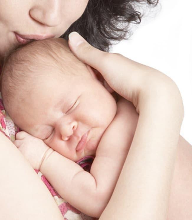 Mamma posta sui social la fattura delle spese pagate all'ospedale dopo aver partorito, ha pagato anche per abbracciare il figlio appena nato