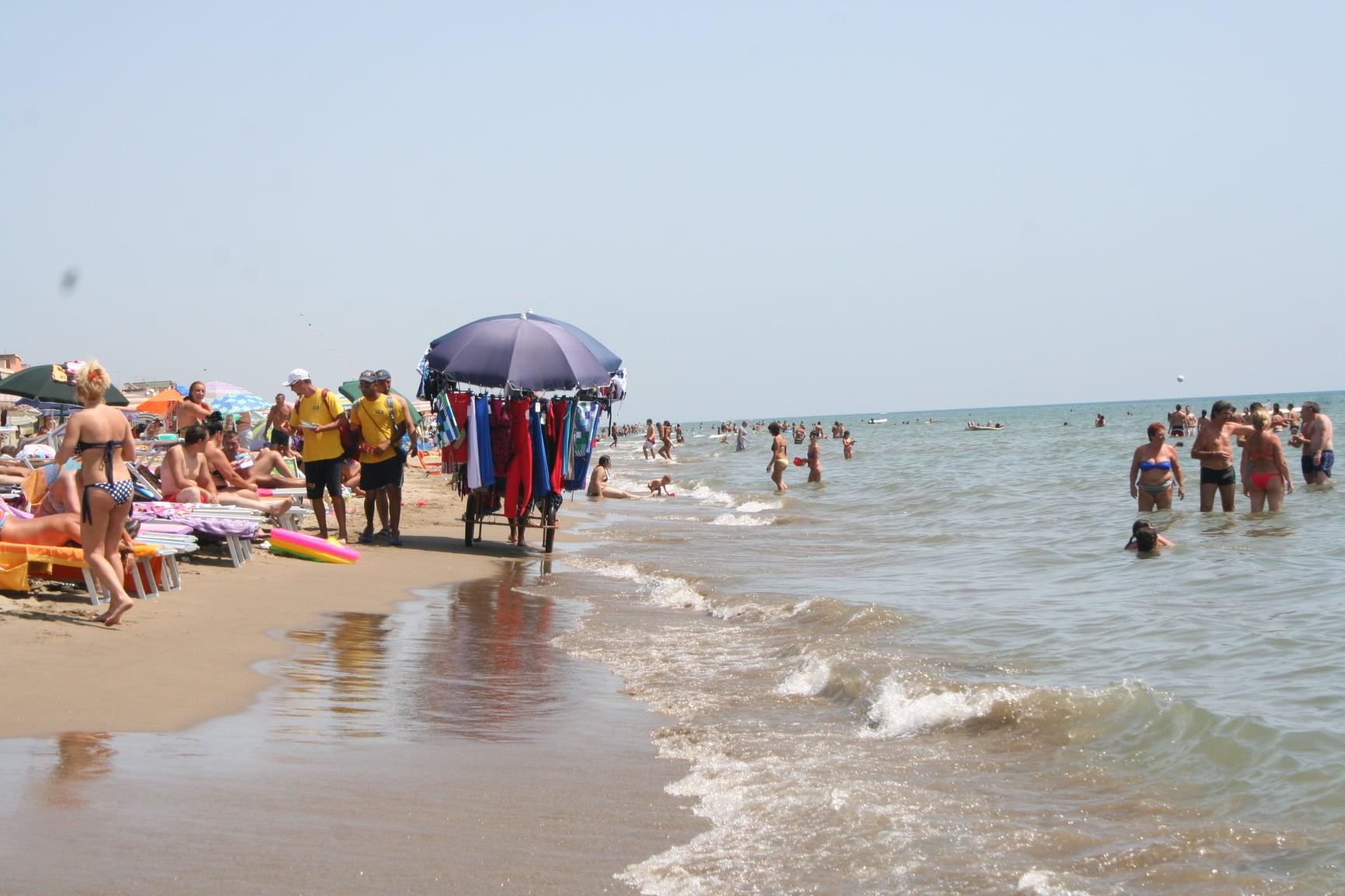 In spiaggia tra i bagnanti scoppia una violenta rissa tra due donne, il motivo un uomo, sedata la lite è corsa al gioco del lotto