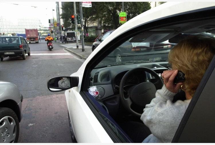 A una donna viene recapitata una multa perché mentre guidava parlava al cellulare,  ma lei è sordomuta dalla nascita