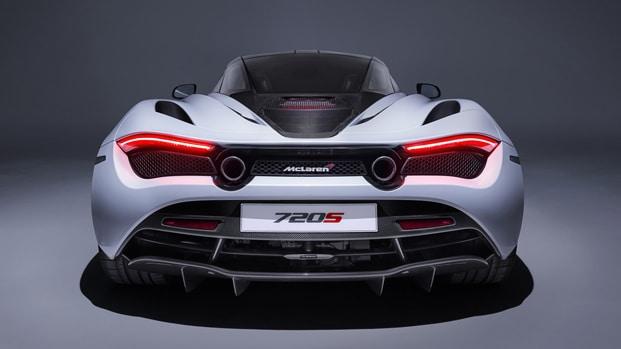 Ha in prestito dl suo miglior amico una McLaren per 300mila euro, 19 enne senza patente appena esce dal garage si schianta contro un'altra auto di lusso dal valore di 200mila euro, il video è sconvolgente