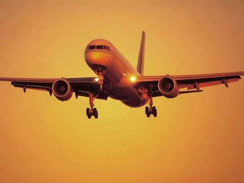 E' ancora emergenza Covid-19, focolaio in un aereo atterrato a Roma, 21 passeggeri positivi