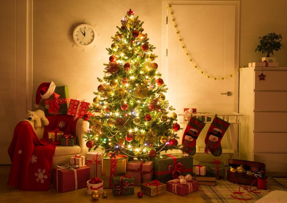 Donna addobba il suo albero di Natale ma poi fa una scoperta che la terrorizza