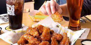 Ragazzo ordina una cena a domicilio ma quando apre il pacco non trova il cibo, quello che c'è lo fa restare senza fiato