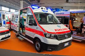 Coppia litiga violentemente, lui si ferisce chiama l'ambulanza e lei lo massacra di botte anche in ambulanza