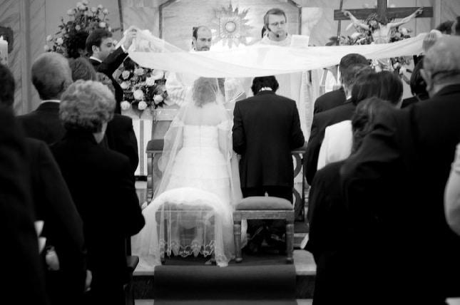 Due sposini di mattina si sposano e la sera svaligiano la chiesa dove avevano celebrato le nozze, poi passano la luna di miele in carcere