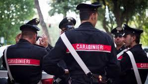 Carabinieri fermano tre ragazzi perché detengono erba, chiamano il padre che arriva ubriaco e drogato
