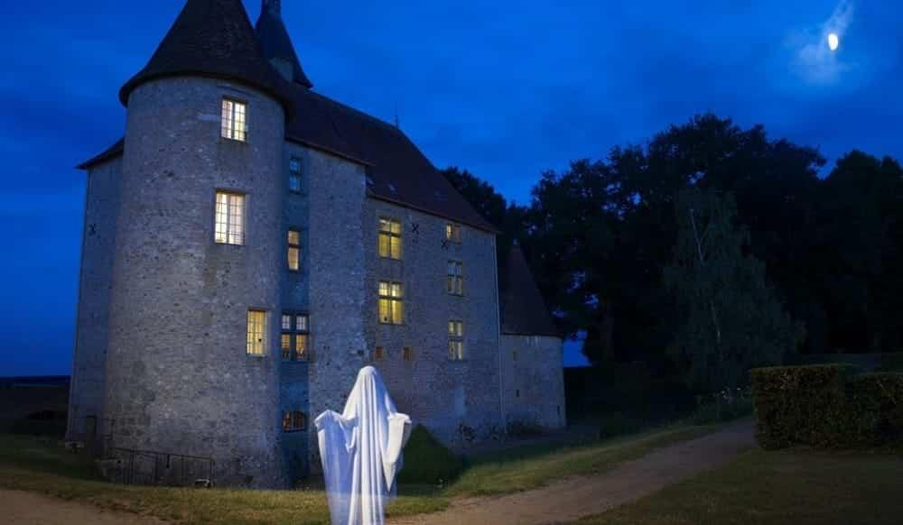 Credeva che la casa fosse infestata dai fantasmi, mette le telecamere e scopre che la compagna se la intendeva con il figlio