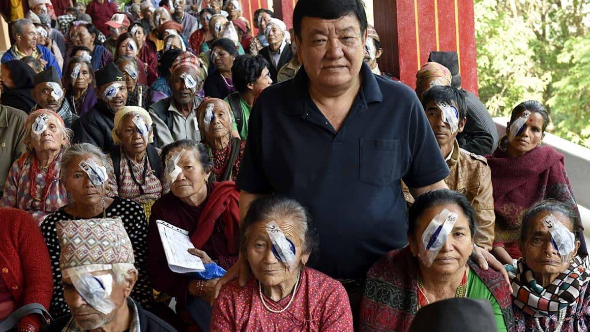Un uomo attraversa a piedi il Nepal , il suo scopo è incredibile