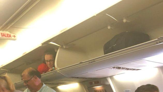 Su un volo aereo l'hostess entra nella cappelliera, cosa è  accaduto dopo