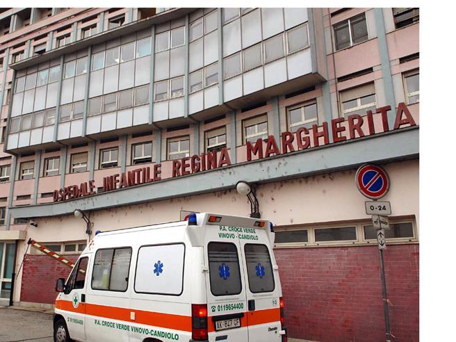 Terrore per una bambina di 13 anni, corre con uno spillo in bocca e le scivola in gola