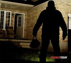 Ladro entra in casa per compiere una rapina, quando sente il piccolo di casa cosa gli dice, accade una casa da brividi