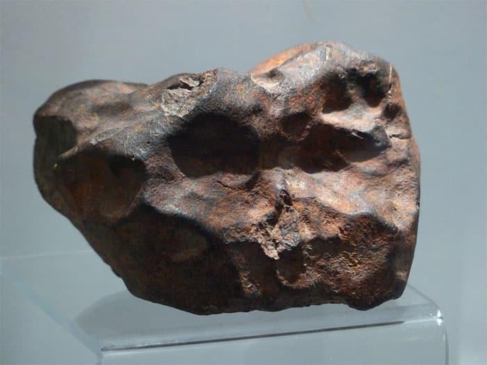 Come fermaporta usa una roccia ma non può immaginare cosa sia realmente, poi la fa analizzare e quello che gli dicono lo sconvolge