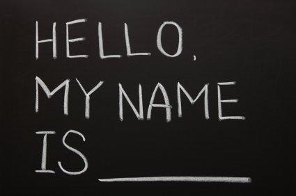 Un ragazzo decide di cambiare il proprio cognome e da quel momento riesce a non pagare più niente nei negozi di qualunque genere