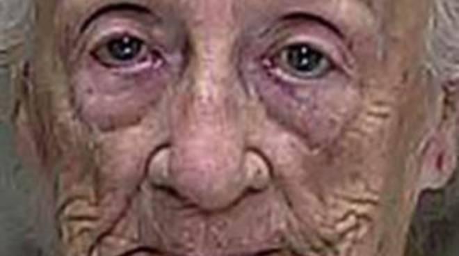 92 anni vuole baciare il suo vicino 53 enne, lui rifiuta, lei gli spara