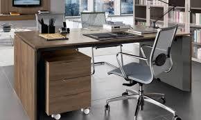 Acquista una scrivania su internet, quando la smonta per farla entrare in casa fa una scoperta incredibile