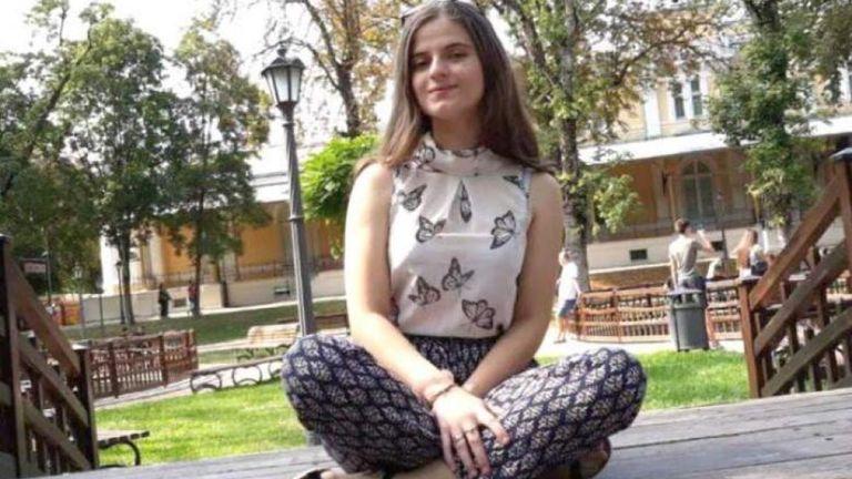 Ragazzina d 15 anni viene rapita da un serial killer ma riesce a chiamare il 112, il centralino dei carabinieri le chiede di riagganciare perché hanno più importanti chiamate, la piccola viene uccisa