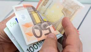 Settantenne vince 2 milioni di euro, si presenta in ricevitoria e comunica una cosa incredibile