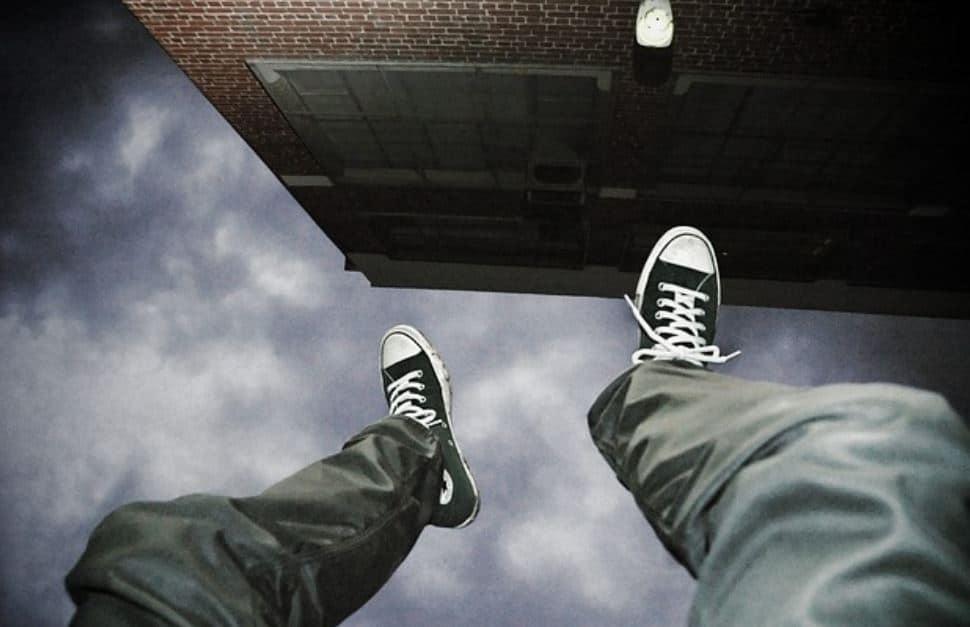 Vuole suicidarsi, si reca su un ponte ma poi succede qualcosa di mai accaduto prima