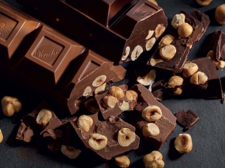 Regala cioccolatini ai bambini ma viene scambiata per una rapitrice, la folla la picchia e la massacra a morte