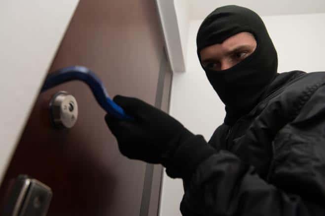 Ladro entra in casa la imbavaglia e sottrae dalla cassaforte 30.000,00 euro poi fa una cosa incredibile