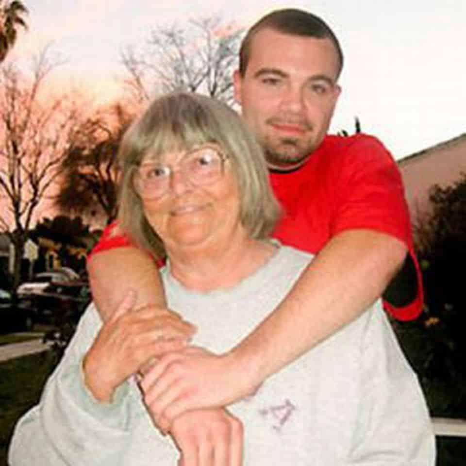 Nonna e nipote si amano follemente, lei 72 anni, lui 26 anni, voglio un figlio a tutti i costi