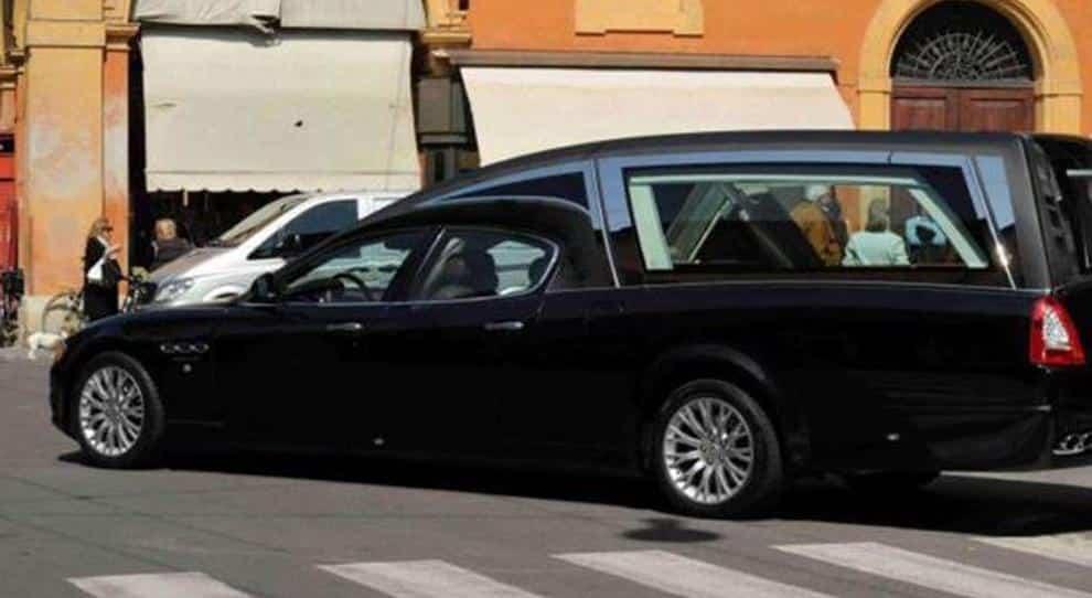 La polizia rimuove una macchina parcheggiata male e non si accorge che dentro c'è la bara con il cadavere