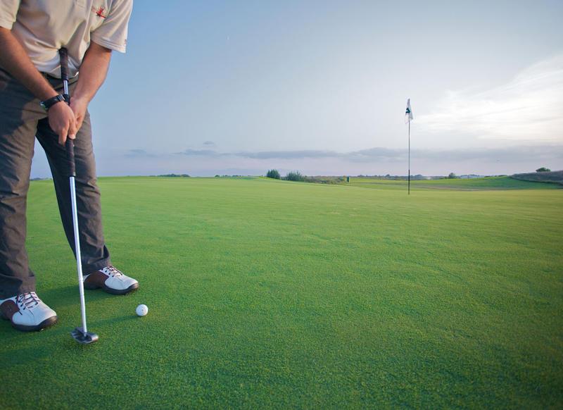 Moglie evira il marito perché non stava molto tempo con lei per giocare troppe ore a golf