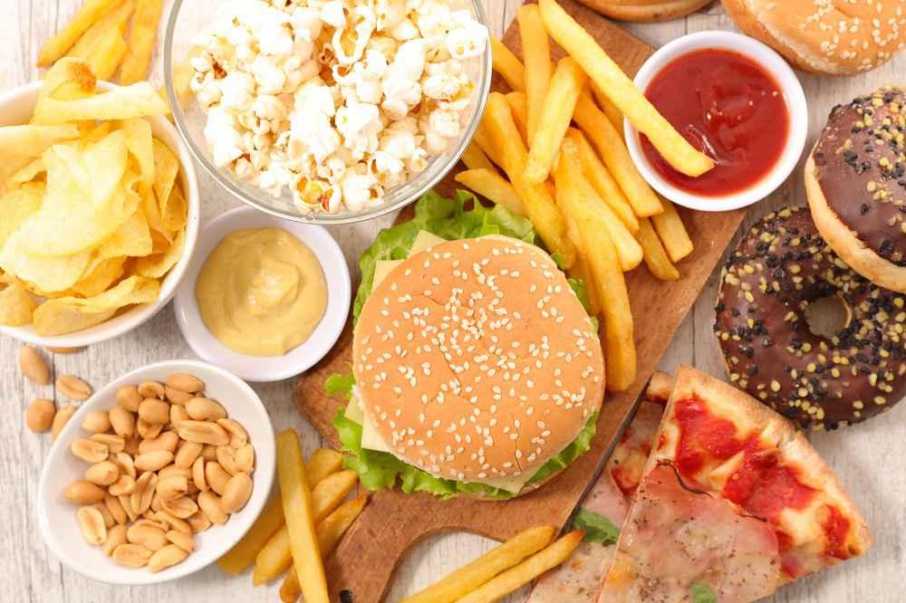 Ragazzo 17enne mangia solo patatine fritte e cibo spazzatura, cosa gli accade è terribile