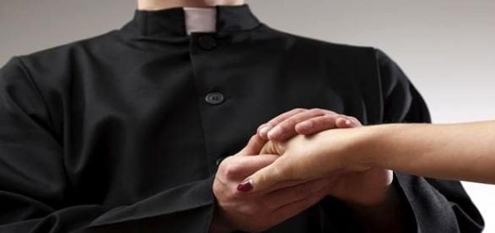 Ha dei sospetti, segue il prete e la moglie in parrocchia e filma tutto