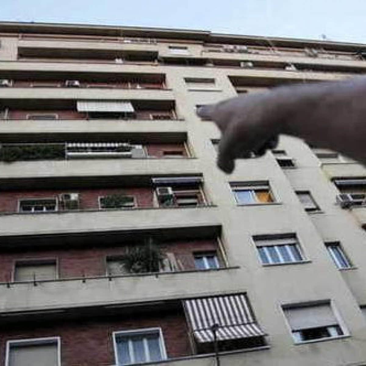 Amanti in casa, arriva i marito lui fugge sul balcone e il vicino lo fotografa