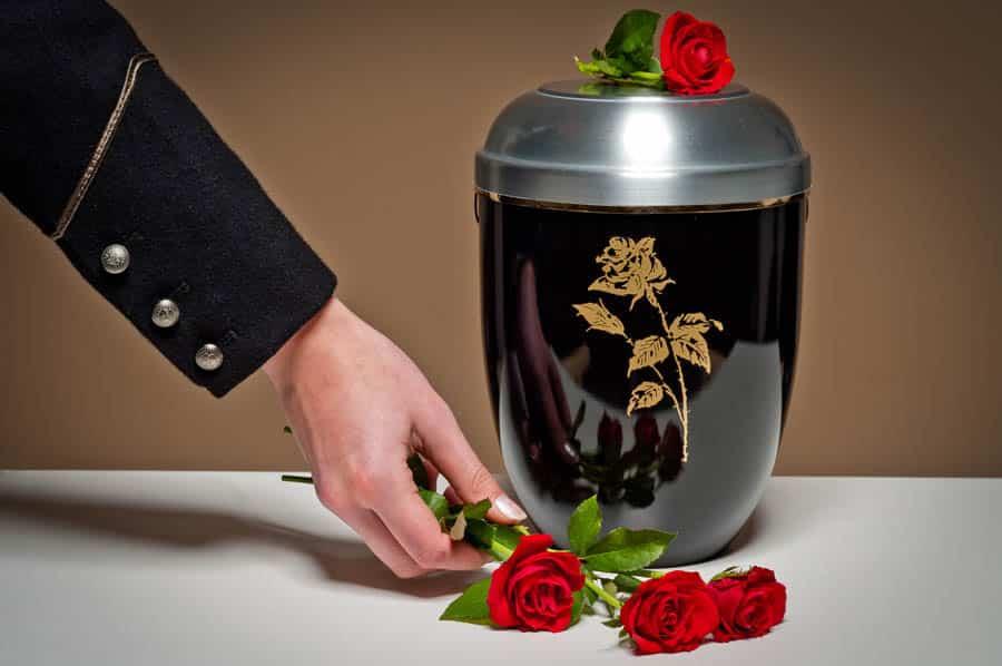 Malato terminale di cancro molto preoccupato per il futuro finanziario della moglie, mette in vendita spazi pubblicitari sulla sua tomba