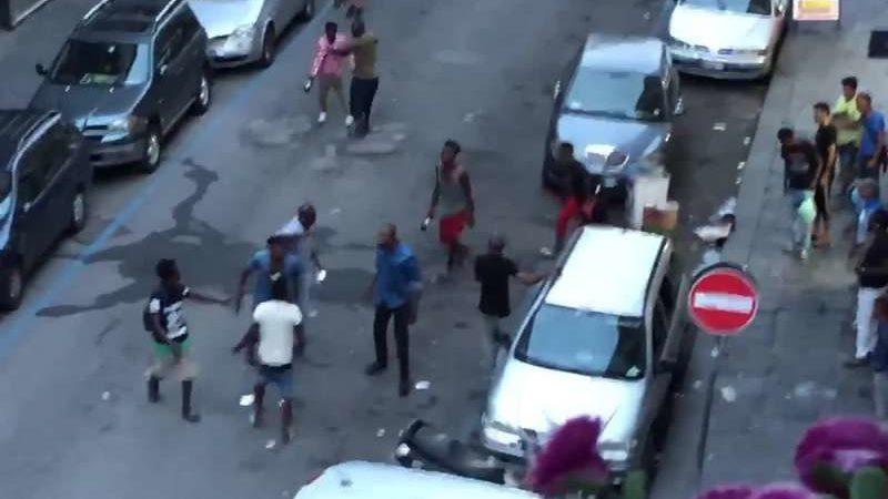 Bari, delirio al Libertà, nuova maxi rissa tra migranti ubriachi, bottiglie frantumate in mille pezzi e feriti