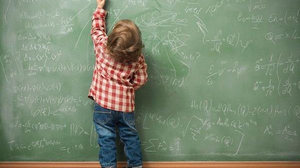 Asilo, bimbo di 4 anni per le maestre è un demonio, il motivo? Usa la mano sinistra per scrivere