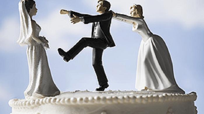 Si sposa due volte e posta le foto del viaggio di nozze, la prima moglie le vede e accade qualcosa di incredibile