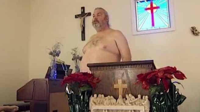 Prete si presenta in chiesa nudo per celebrare e dice, Gesù era nudo