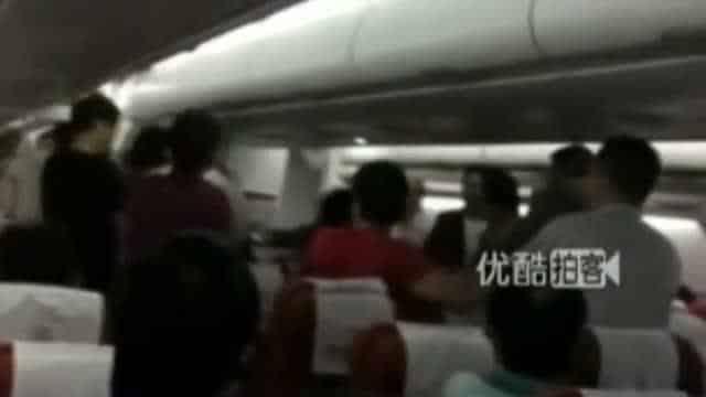 Rissa ad alta quota, due passeggeri fanno a pugni perché voglio l'ultima lattina di coca rimasta sul carrello della hostess