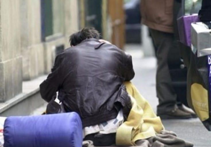 Bimbo porta tutti i soldi che aveva messo da parte a un senzatetto, la reazione dell'uomo però è inaspettata