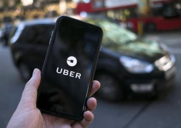 Chiama Uber per essere accompagnata dall'amante ma l'autista è il marito