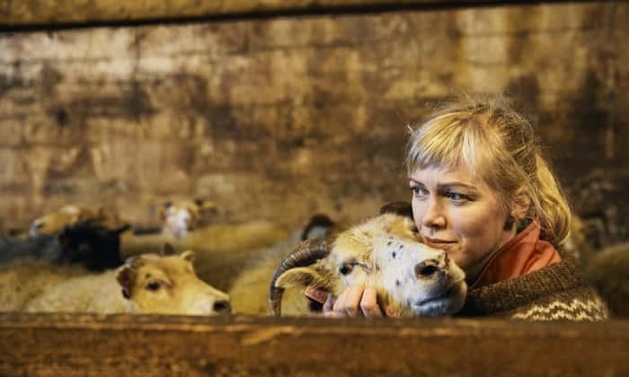 Bellissima modella lascia il suo lavoro per essere un'eremita  allevatrice di pecore, meglio un trattore che un marito