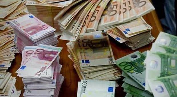 Apre l'armadio e scopre 95 mila dollari , la moglie li aveva ben nascosti