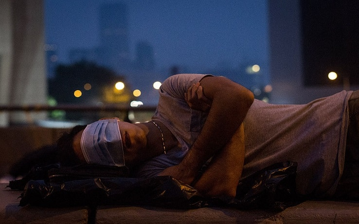 Ragazzo durante il sonno urla per tremendo incubo, la ragazza spaventata lo accoltella