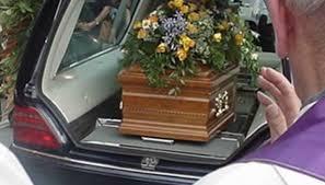 Agenzia funebre sbaglia il defunto da seppellire e propone alla famiglia, la prossima volta il servizio è gratis, come reagisce la famiglia