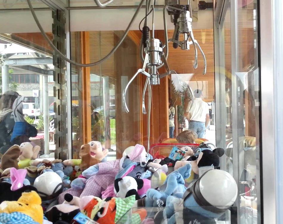 Bambino di tre anni vuole un giocattolo e cade nella macchina che distribuisce peluche, cosa accade dopo