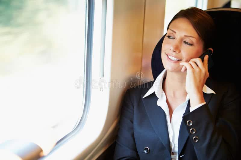 In treno viaggiatrice per ammazzare il tempo sta al telefono interrottamente per 16 ore, si zittisce solo alla presenza della Polizia