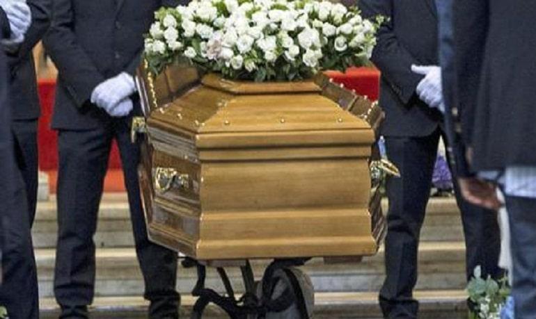 Uomo torna a casa dopo due mesi dal funerale, la moglie appena lo vede ha un infarto