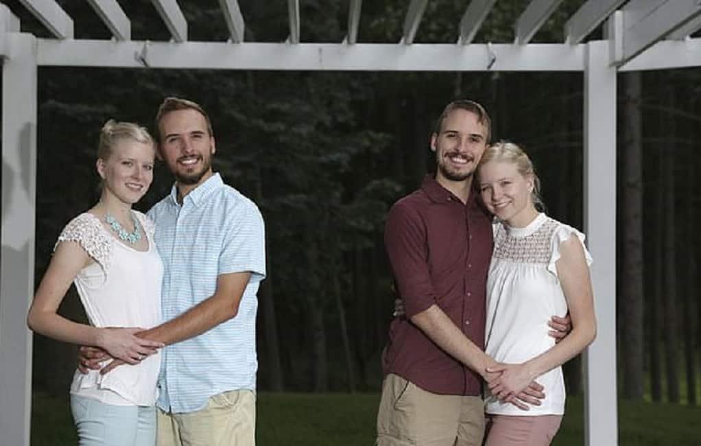 Gemelli inseparabili sposano due gemelle a un giorno di distanza e decidono di vivere tutti e quattro sotto lo stesso tetto