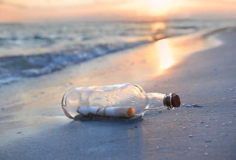 Passeggia vicino al mare e trova una bottiglia con un messaggio dentro, cosa accade dopo è difficile da credere