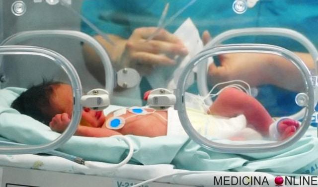 Appena nato i medici dicono alla mamma che è morto, lei lo coccola per due ore e il bambino da segni di vita